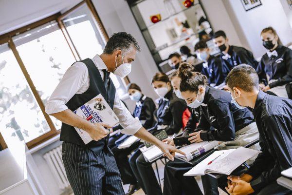 operatore ristorazione sala bar: studenti a lezione in aula