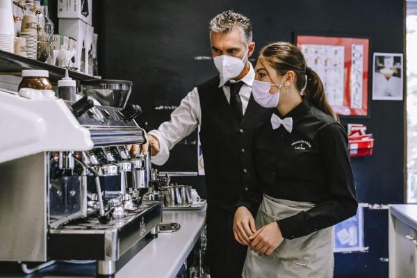 operatore ristorazione sala bar: studente e docente lezione pratica