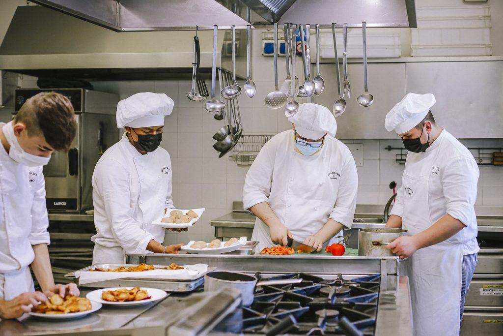 corso operatore alimentare gastronomia: chef che cucinano