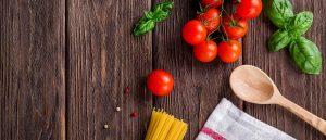 collaboratore cucina: pomodori e basilico