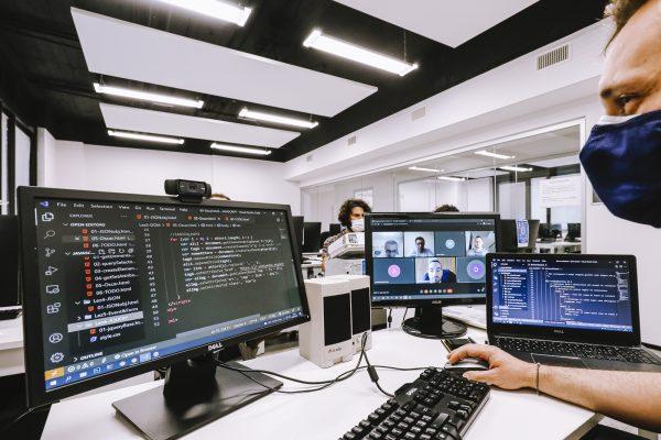 tecnico sviluppo software java: studente al computer