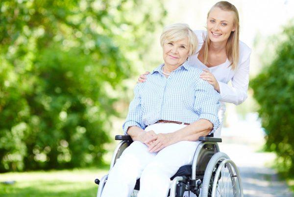 Collaboratori familiari: ragazza con anziana
