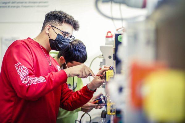 scuole professionali: studente a lezione pratica di elettronica